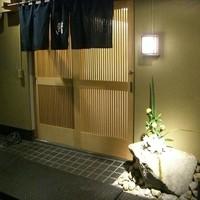 鮨舳-<2012年12月>店の外観。足元には明かりに照らされて百合の花。