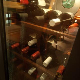 タイ料理にぴったりのカクテルやこだわりワインも充実。