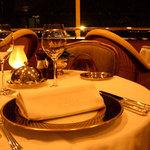 パノラミックレストラン ル・ノルマンディ - 窓の外に氷川丸、ベイブリッジなどなど。横浜な景色が広がっている。