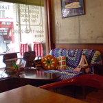 ホットサンドバースマーク - 入口のソファー席