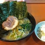 日の出らーめん - 横浜醤油らーめん! のりトッピング! 半ライス!  のりをスープに沈めて、ふやけたのりをご飯に巻いて食べる・・・ これぞ通! オススメ!