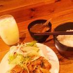 サンダルキッチン - 月曜日のごはん。毎回変わります。この日は豚と水菜のさっぱり味噌定食。