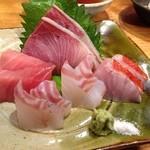 16298164 - 単品オーダーしたお刺身の盛り合わせ プライス不詳 寒ブリ・鉢マグロ・平鱸・真鯛・きんめの炙り