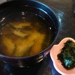 163814 - 丼についてる味噌汁(生海苔を入れて食べる)