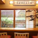神楽坂 前田 - 小庭を眺められるカウンター席