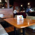 ビボ - 「ビボ」手前がテーブル席で奥がカウンター席