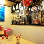 沖縄居酒屋ゆいゆい - 沖縄の装飾品が飾られてます