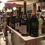 ビストロ酒場MarineClub - ワインのボトルに値段が書いてあります。