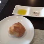 ルクシネ - パン、オリーブオイル、塩