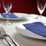 G&V - 白いテーブルクロスに月ごとに変わる色鮮やかなナフキンでおでむかえ