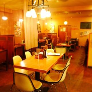 【木の温かさが伝わる店内】落ち着いてお食事をお愉しみ下さい♪