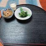 農家レストラン 旬菜館 - テーブルのお盆の上に小鉢が置かれています