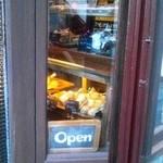シンハ - 外から店内のスコーンがちょっとだけ見えます