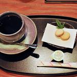 一石庵 - ホットコーヒーには小さなお菓子がついています。