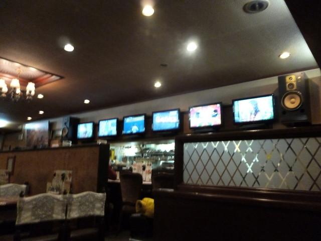 明日香 飾磨店 - テレビモニターは6つもあって全部違う番組やってます