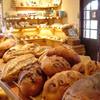 Blanc Pain - 内観写真:焼立てパンの香り漂う、温かい雰囲気が居心地の良い店内