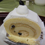ベーカリーカフェ 江戸屋 - 和三盆と黒豆のロールケーキ ¥323