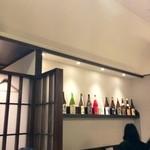 博多 弁天堂 - カウンター上には焼酎が並びます