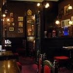 16350476 - お店の内装も古い時代の英国パブのイメージで、ホームズにぴったりだね。