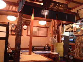 幸美 本店 - 右にカウンター,奥に座敷,手前にテーブルです