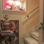 ラ・テイエール - お店の左脇に階段あり