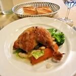 16359352 - 若鶏モモ肉のコンフィ クルミオイルドレッシング。