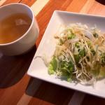 16361042 - ランチは全てのメニューにスープとサラダが取り放題。シンプルながらありがたいです。