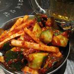 ロック ストック 西中洲店 - 付き出しは、濃い味の韓国風辛味噌和えの野菜。辛くて甘くてウマウマ。