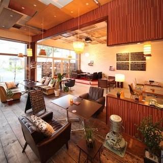 ユーズド家具のぬくもり感があふれる開放的な空間。