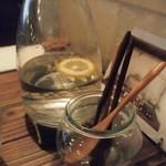 ビオン ハグカフェ - 水にレモンが