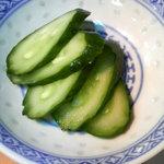 大漁 - 丼のお漬物。新鮮な胡瓜の浅漬け