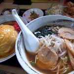 新中華 - 料理写真:「ラーメン定食」(980円)を注文しました。ラーメン、天津飯、唐揚げ、お漬物、デザートの杏仁豆腐がセット。