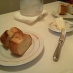 ラ・コロンバ - パンとバター。バターは香りがとても甘かった!