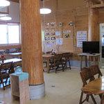 南国亭 - 高い天井で開放感あり。木造建築で木の香りが漂う。