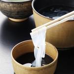 吉野本葛 天極堂 - 作りたての葛きりは水のような透明感。