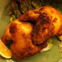 楽 - ひな鶏の半身をスパイシーに味付け