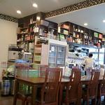 萬福餃子房 - 店内、センターテーブルにお一人様が相席になります。