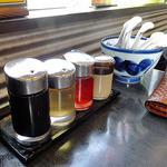 風の味 麺や 勝 - 卓上の常備された調味料類