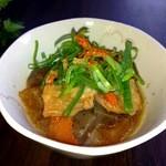 千鶴 - 牛シロモツとシマ腸の醤油ベースの煮こみです。