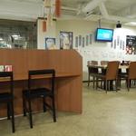 お食事処・お酒処 やまおか - カウンターとテーブル席
