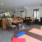ビストロ&カフェ シャルドネ - 広々とした店内です。