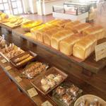 銀亭 - 皆様のお越しをパンたちが並んでお出迎えいたします。