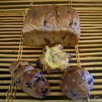銀亭 - 銀亭のオリジナルといえばこのブルーベリーがたっぷりと生地に練りこまれたパンです。