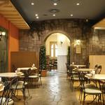 ロティズ・ハウス - 開放感溢れるガーデン風の店内