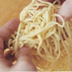 七福家 - 麺は、グルテンが豊富な国産の小麦を使っているので風味豊か。スープがよく絡むように28cm程度と少し長めにした特注麺です!