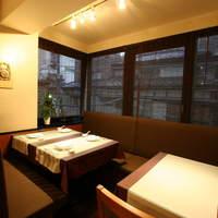 神田 雲林 - 竹格子で区切られた半個室は、6名様又は12名様でご利用可能です。