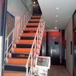 アートレッグカフェ - 店のイメージと合わせた階段