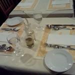 コラッジオ - テーブル間隔はすごく狭いです