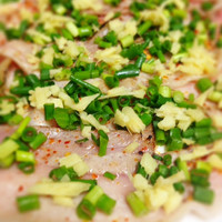 クゥーチャイ - すっきりとした味わいの芳寿豚をしっかり炙ってお召し上がり頂く芳寿豚の炙りandムーマナオ