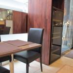 16418540 - オフイスビルの一階にあるお店はカウンター席とテーブル席という作り、私は一人でしたがカウンター席が満席でテーブル席が偶然1席空いてたんでそこで食事を頂く事にしました。